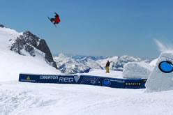 Snowboarden in einem Freestyle-Park